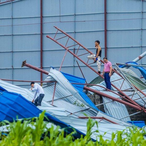 Hiện trường tan hoang sau cơn lốc kinh hoàng khiến 21 người thương vong ở Vĩnh Phúc