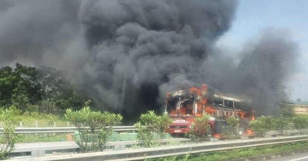 Cháy xe khách trên cao tốc, hành khách may mắn thoát nạn