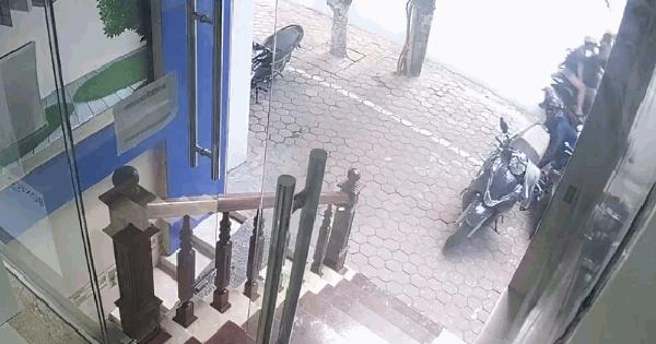 """Clip: Khoảnh khắc """"nữ đạo chích"""" mở cốp xe máy trộm túi xách chỉ trong tích tắc ở Hà Nội khiến nhiều người bàng hoàng"""