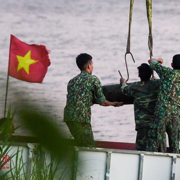 Cận cảnh trục vớt bom gần chân cầu Long Biên