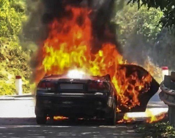 Cha ôm con trai thoát thân khỏi ô tô bốc cháy ngùn ngụt, chuẩn bị nổ