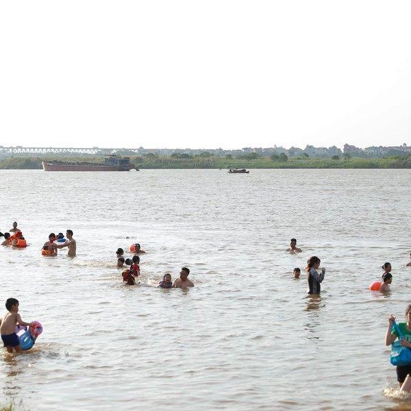 Cận cảnh người dân Thủ đô đổ xô ra sông Hồng giải nhiệt