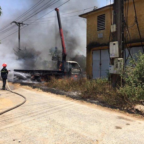 Xe tải cẩu bốc cháy bên trạm biến áp khiến tài xế tử vong