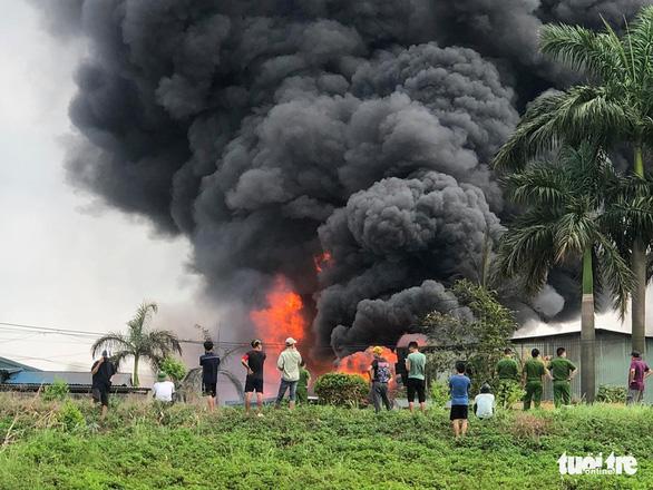 Cháy lớn tại kho hóa chất, cột khói đen bốc cao hàng chục mét-3