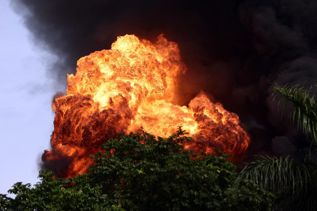 Cháy lớn tại kho hóa chất, cột khói đen bốc cao hàng chục mét-2