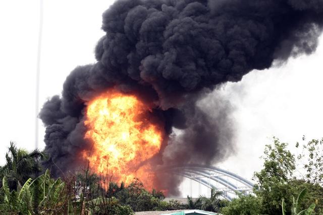 Cháy lớn tại kho hóa chất, cột khói đen bốc cao hàng chục mét-1