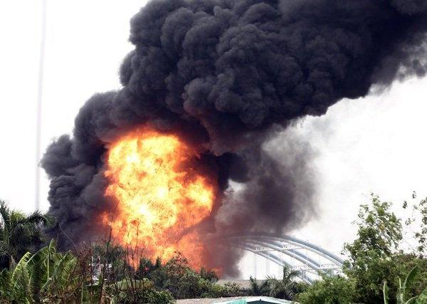 Cháy lớn tại kho hóa chất, cột khói đen bốc cao hàng chục mét