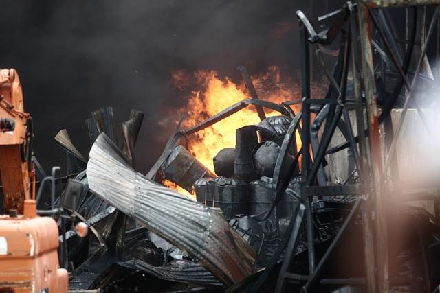 Cháy lớn tại kho hóa chất, cột khói đen bốc cao hàng chục mét-5