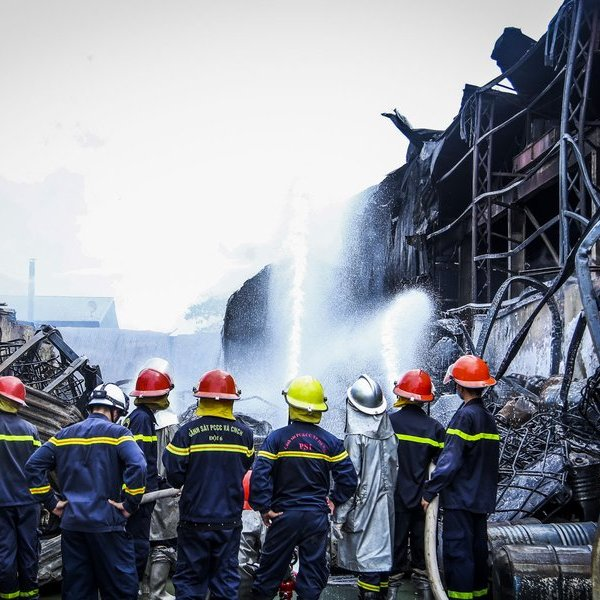 Hà Nội: Cháy lớn xưởng hoá chất sau một tiếng nổ lớn, nhiều người chạy thoát thân