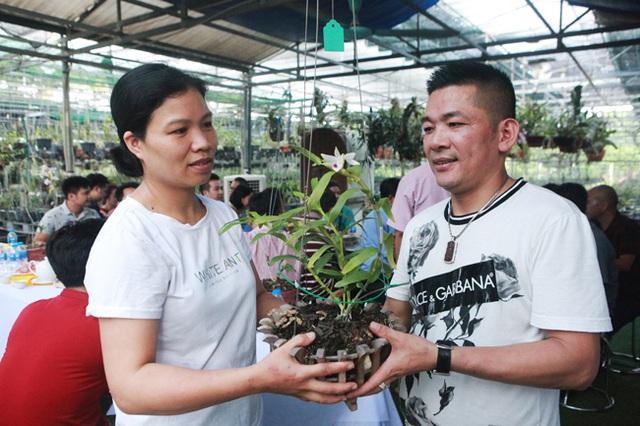 Danh tính đại gia Hà thành chi hẳn 5 tỷ mua bông hoa nhìn như rau muống-2