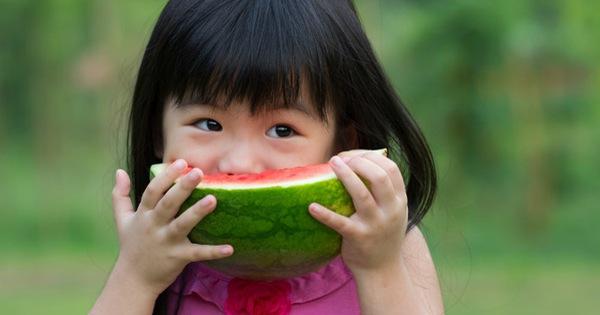 Bé gái 5 tuổi nhập viện vì miếng dưa hấu để trong tủ lạnh, khuyến cáo 4 loại hoa quả càng bảo quản lâu càng mất vị, biến chất rất nhanh