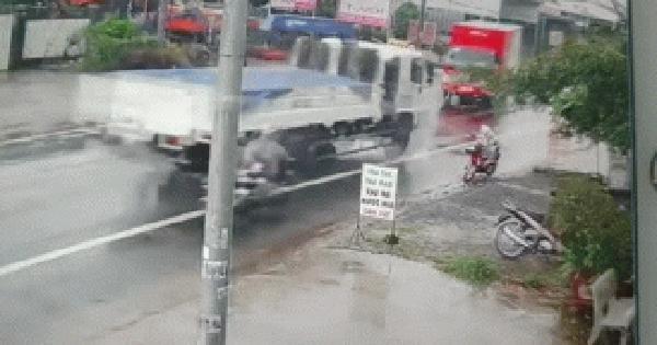 """Clip: Cú đâm kinh hoàng giữa 2 xe tải, hình ảnh đứa bé bên đường khiến tất cả """"đứng tim"""""""
