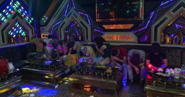 """Quảng Bình: Bắt nhóm thanh niên mở """"tiệc ma túy"""" trong quán karaoke"""