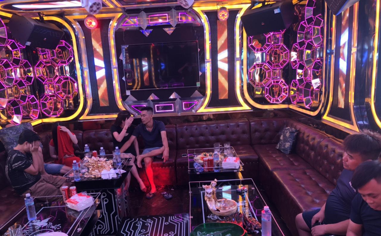 """Gần 90 """"dân chơi"""" dương tính với ma tuý trong quán karaoke ở Sài Gòn"""