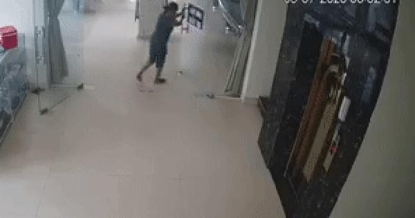 Clip: Người phụ nữ hì hục mở cửa kính, khoảnh khắc ngay sau đó khiến nhiều người
