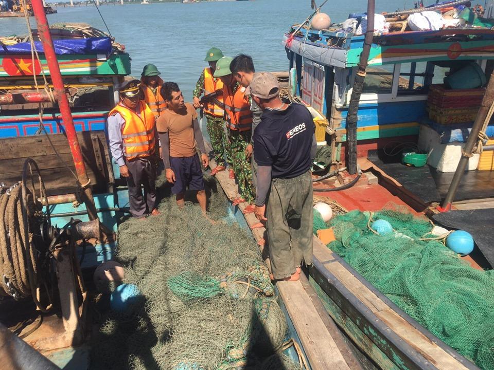 Hà Tĩnh: Bắt giữ 4 tàu dã cào đánh bắt sai quy định-1