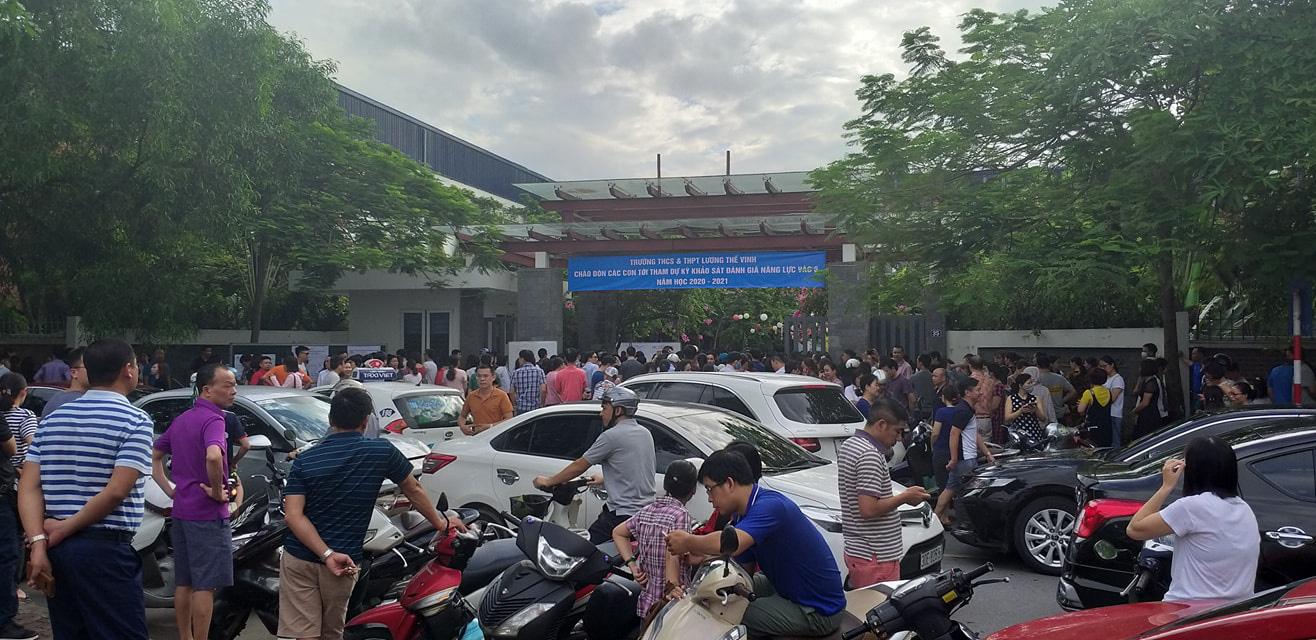 Nhìn cảnh tượng đông nghèn nghẹt ngày thi vào THCS Lương Thế Vinh, nhiều người phải thốt lên thương cha mẹ học sinh quá-4