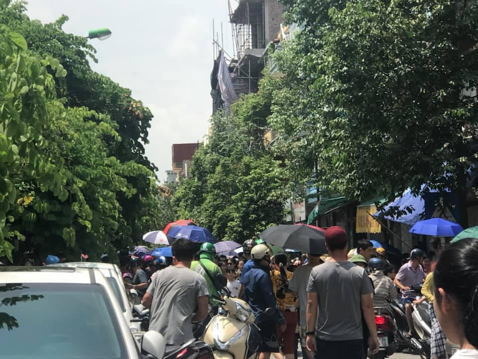 Nhìn cảnh tượng đông nghèn nghẹt ngày thi vào THCS Lương Thế Vinh, nhiều người phải thốt lên thương cha mẹ học sinh quá-5
