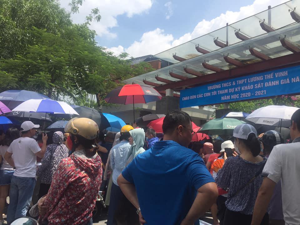 Nhìn cảnh tượng đông nghèn nghẹt ngày thi vào THCS Lương Thế Vinh, nhiều người phải thốt lên thương cha mẹ học sinh quá-2