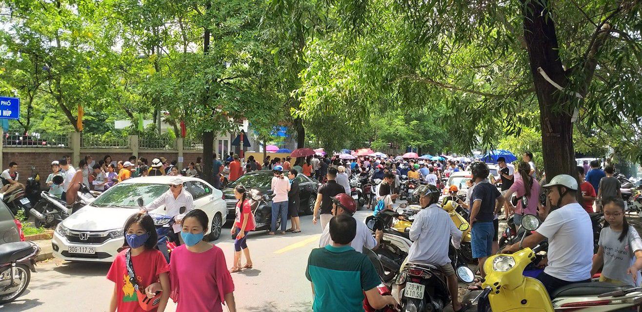 Nhìn cảnh tượng đông nghèn nghẹt ngày thi vào THCS Lương Thế Vinh, nhiều người phải thốt lên thương cha mẹ học sinh quá-3
