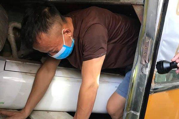Phát hiện 3 người chui gầm xe khi nhập cảnh để trốn cách ly
