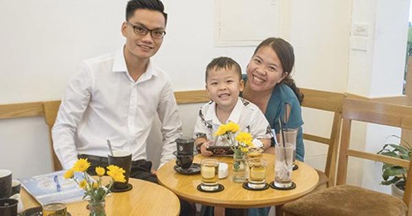 Mẹ của cậu bé 18 tháng không nói tiếng Việt mà đòi giao tiếp bằng tiếng Anh: