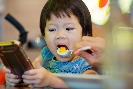 Hãy để trẻ ăn, đừng bắt trẻ ăn