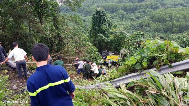 Xe khách gặp nạn trên đèo ở Kon Tum, ít nhất 36 người thương vong-1