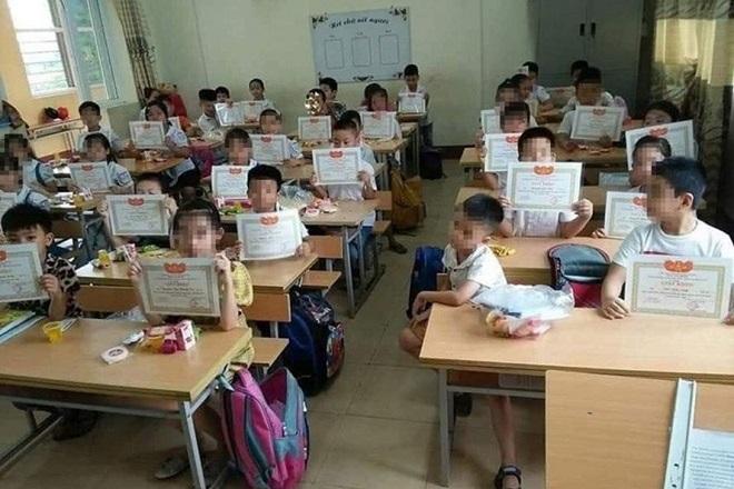 Bộ GD&ĐT lên tiếng về bức ảnh cậu bé duy nhất trong lớp không được nhận giấy khen -1