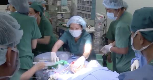 Tách 2 bé song sinh dính liền: Ca phẫu thuật dự kiến hoàn tất lúc 18h, hiện tại nhiều bác sĩ vẫn tập trung trong 2 phòng mổ