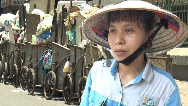 Bức xúc rác thải ùn ứ khắp Hà Nội, người dân tấn công nữ vệ sinh môi trường