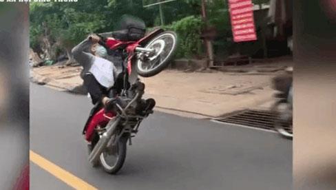 """Clip: Thanh niên """"trổ tài"""" bốc đầu xe máy và cái kết """"đắng"""""""