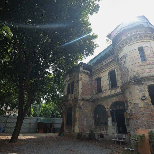 Xót xa trước căn biệt thự 1000m2 bỏ hoang ngay trên mặt đất kim cương của Hà Nội