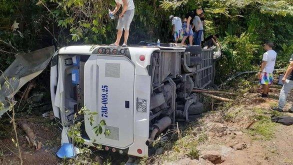 Xe khách chở cựu học sinh đi họp lớp gặp tai nạn kinh hoàng tại đường Hồ Chí Minh