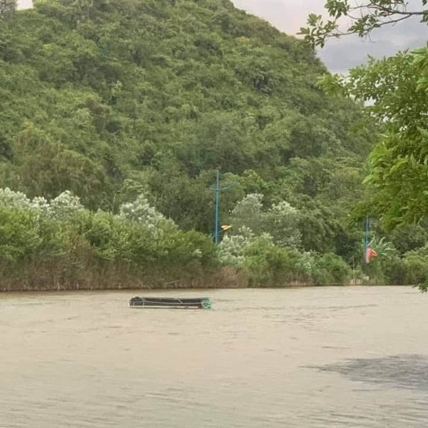 Mưa dông kèm gió giật mạnh làm lật thuyền chở 4 người ở chùa Hương