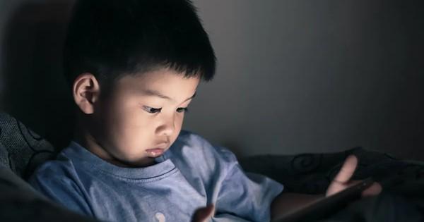 Trẻ mới biết đi có thể chậm phát triển trí não bởi hành động rất nhiều cha mẹ hay làm