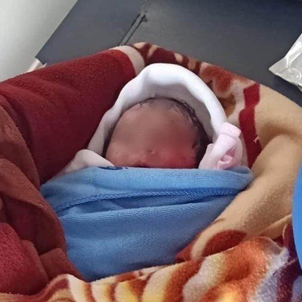 Xót thương bé gái sơ sinh bị bỏ rơi ở ruộng khoai nước trong tình trạng nhiễm trùng