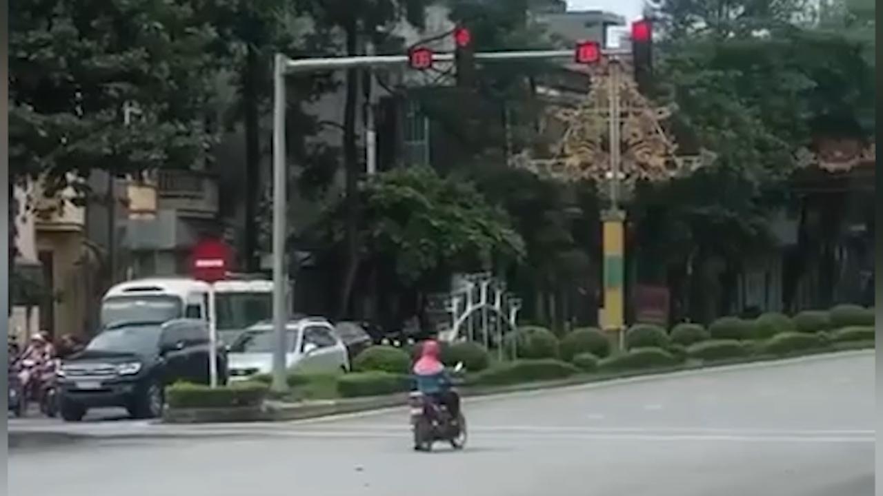 Người phụ nữ dừng chờ đèn đỏ khiến cư dân mạng 'cạn lời'
