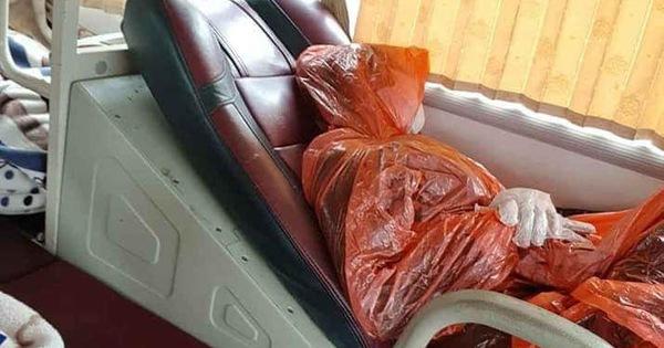 Vị khách đi ô tô mặc áo mưa, đeo khẩu trang kín mít, tuy nhìn chẳng giống ai nhưng lại bớt đi nỗi lo mắc Covid-19