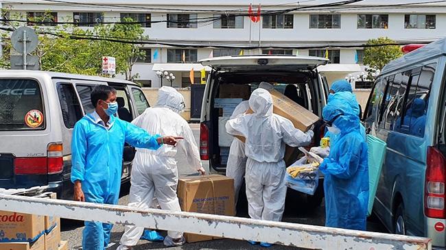 Xe nối đuôi chở hàng ủng hộ y bác sĩ Đà Nẵng tuyến đầu chống dịch Covid