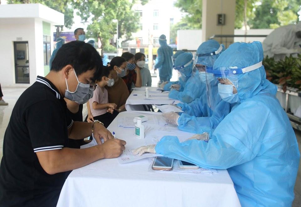 Hà Nội: Quận Ba Đình xét nghiệm nhanh Covid-19 cho gần 1.600 người về từ Đà Nẵng-4