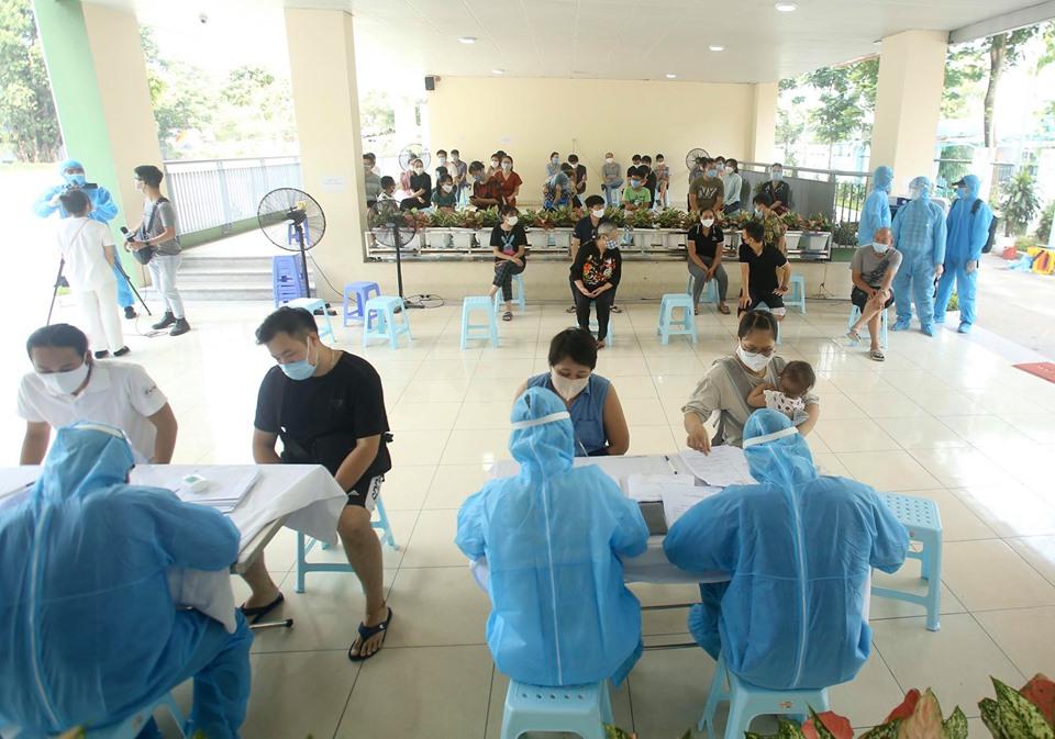 Hà Nội: Quận Ba Đình xét nghiệm nhanh Covid-19 cho gần 1.600 người về từ Đà Nẵng-1