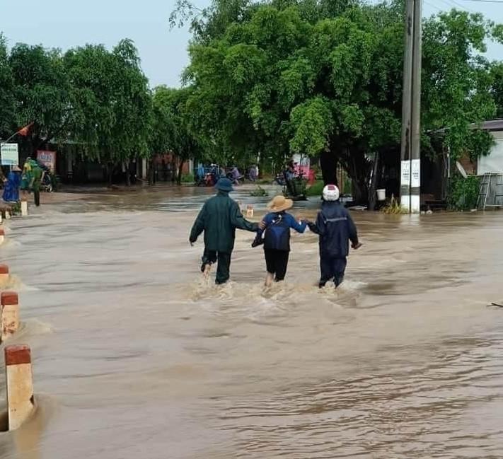 Đắk Lắk: Hàng chục căn nhà chìm trong biển nước do mưa lớn-1