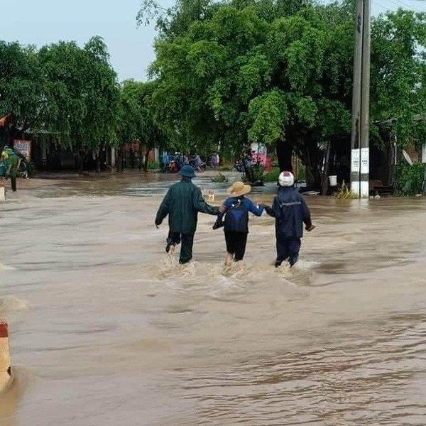 Đắk Lắk: Hàng chục căn nhà chìm trong biển nước do mưa lớn