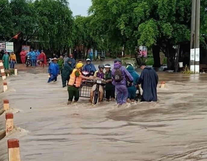 Đắk Lắk: Hàng chục căn nhà chìm trong biển nước do mưa lớn-2
