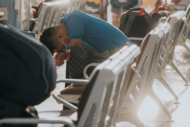 Sân bay Nội Bài những ngày chiến đấu với dịch: Hành khách đều đeo khẩu trang và chủ động giãn cách, khai báo y tế cẩn thận-4