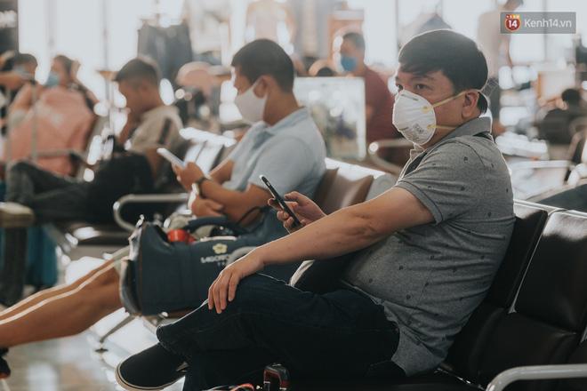 Sân bay Nội Bài những ngày chiến đấu với dịch: Hành khách đều đeo khẩu trang và chủ động giãn cách, khai báo y tế cẩn thận-3