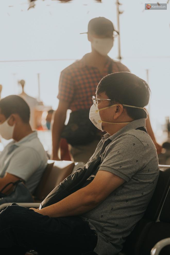 Sân bay Nội Bài những ngày chiến đấu với dịch: Hành khách đều đeo khẩu trang và chủ động giãn cách, khai báo y tế cẩn thận-14