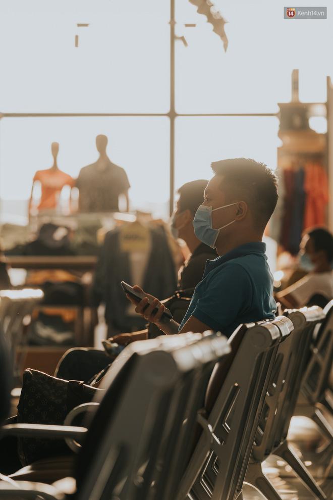 Sân bay Nội Bài những ngày chiến đấu với dịch: Hành khách đều đeo khẩu trang và chủ động giãn cách, khai báo y tế cẩn thận-13