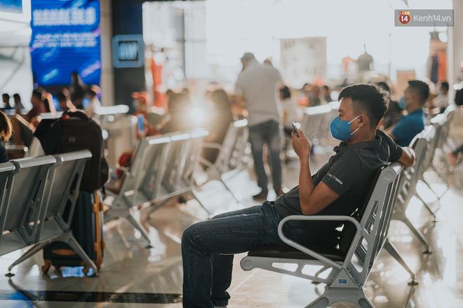 Sân bay Nội Bài những ngày chiến đấu với dịch: Hành khách đều đeo khẩu trang và chủ động giãn cách, khai báo y tế cẩn thận-2